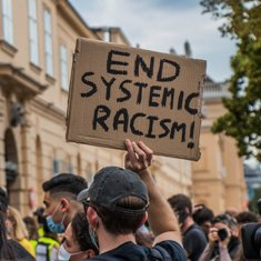 End systemic racism (fot. UnratedStudio/pixabay)